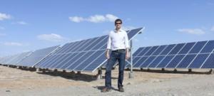 Ihr Korrespondent vor Solarzellen in QInghai